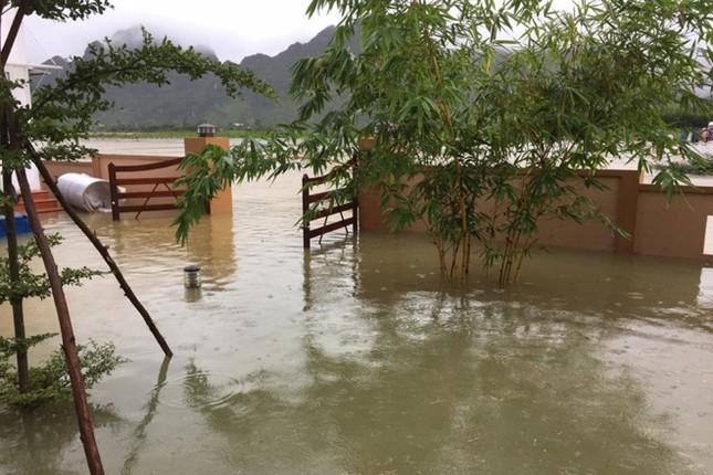 Lụt ngập nóc nhà ở Quảng Bình - ảnh 5