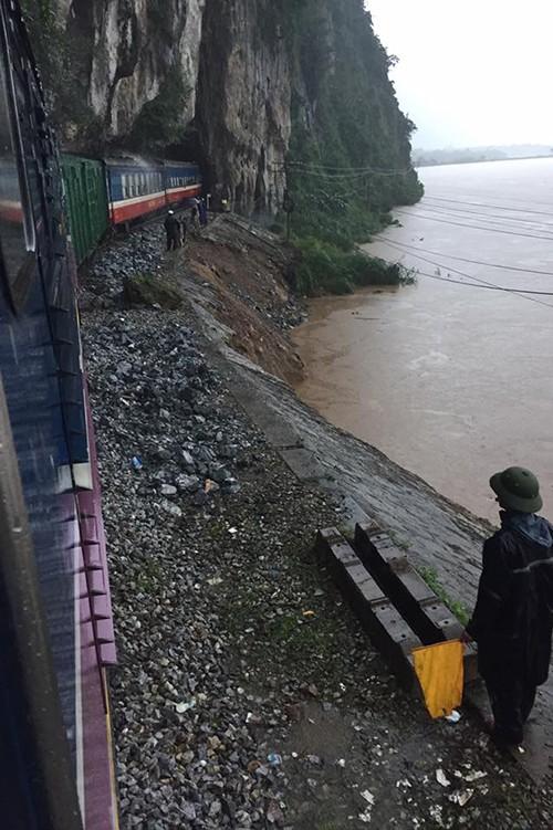 Lụt ngập nóc nhà ở Quảng Bình - ảnh 7