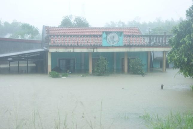 Lụt ngập nóc nhà ở Quảng Bình - ảnh 4