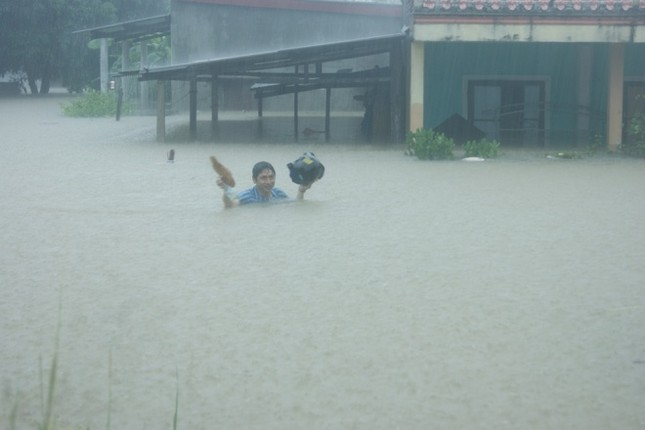 Lụt ngập nóc nhà ở Quảng Bình - ảnh 1