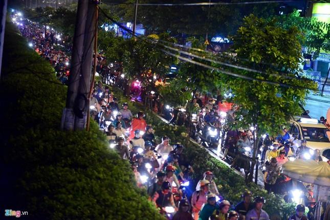 Kẹt xe hàng giờ không nhúc nhích ở Sài Gòn - ảnh 1