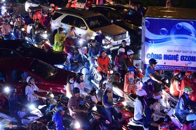 Kẹt xe hàng giờ không nhúc nhích ở Sài Gòn - ảnh 2