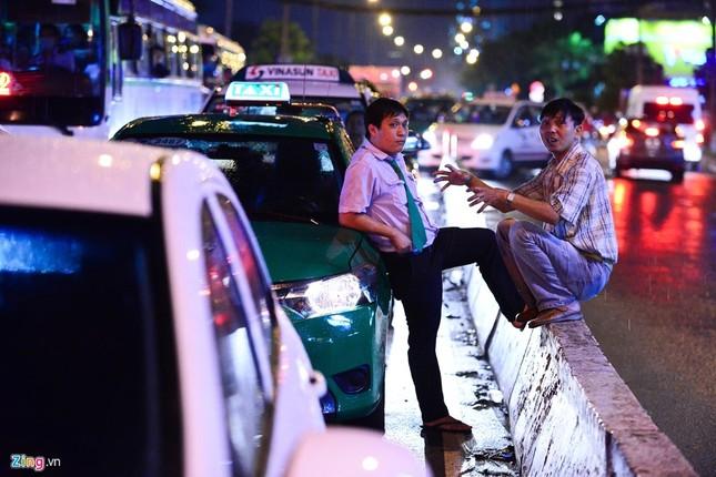Kẹt xe hàng giờ không nhúc nhích ở Sài Gòn - ảnh 4