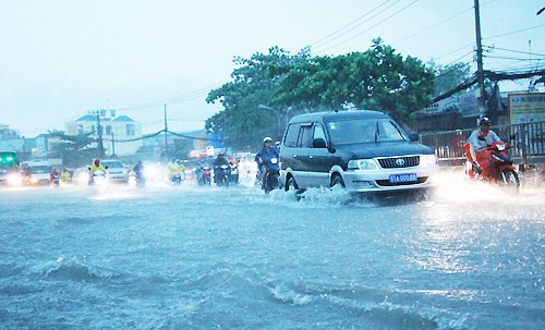 Sài Gòn ngập nặng trong mưa và triều cường - ảnh 2