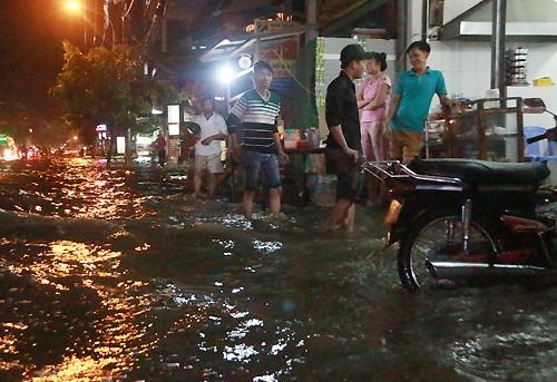 Sài Gòn ngập nặng trong mưa và triều cường - ảnh 1