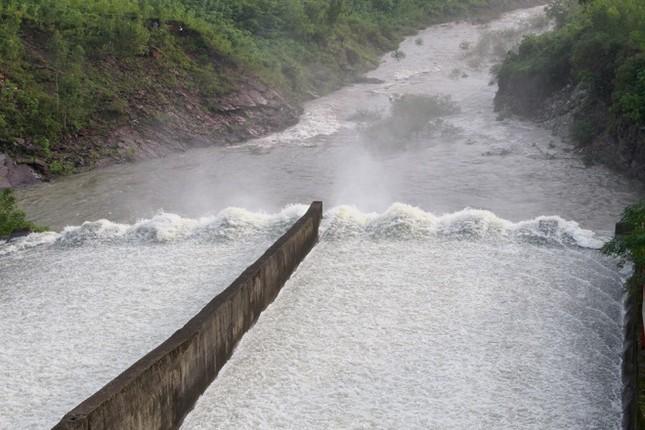Hà Tĩnh xả tràn hồ Kẻ Gỗ, sẵn sàng sơ tán 2.000 dân - ảnh 3