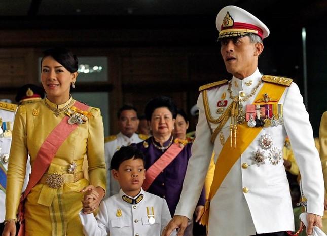 Nhà báo Thái: Quan nhiếp chính sẽ sớm trao quyền cho thái tử - ảnh 1