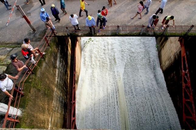 Hà Tĩnh xả tràn hồ Kẻ Gỗ, sẵn sàng sơ tán 2.000 dân - ảnh 4
