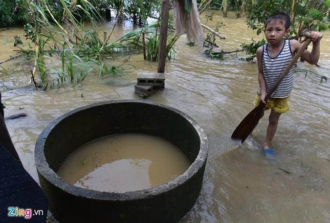 Dân uống nước sông sau 4 ngày bị lũ cô lập - ảnh 6