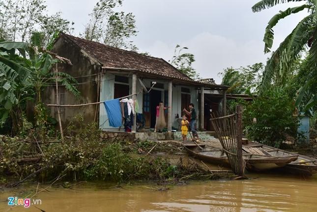 Dân uống nước sông sau 4 ngày bị lũ cô lập - ảnh 7