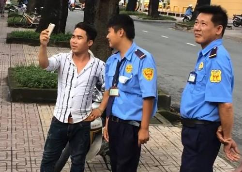 Người Sài Gòn vây bắt khổng tước quý hiếm - ảnh 1
