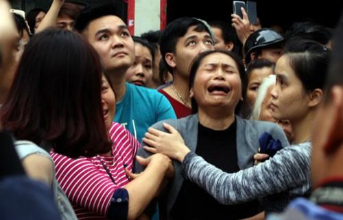 Bà khóc tìm cháu nghi mắc kẹt trong đám cháy quán karaoke - ảnh 1