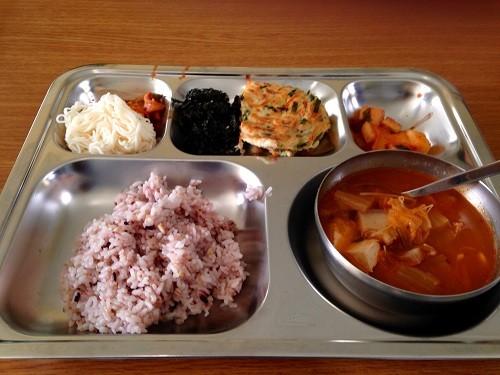 Bữa trưa ở trường học Hàn Quốc - ảnh 1