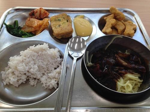 Bữa trưa ở trường học Hàn Quốc - ảnh 2