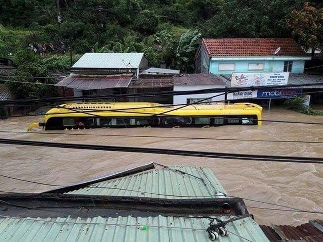 Lũ ngập xe khách ở Phú Yên - ảnh 6