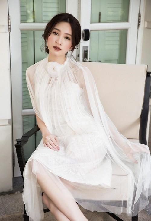 Hoa hậu Thu Thảo hóa cô dâu với váy cưới xuyên thấu - ảnh 1