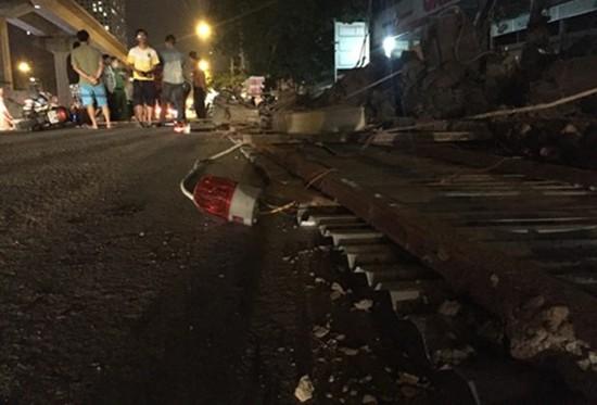 20m rào tôn đổ sập trên đường Nguyễn Trãi - ảnh 1