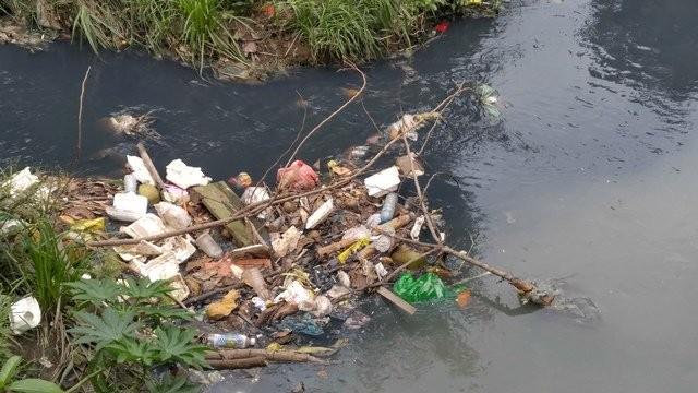 Tân Sơn Nhất ngập nặng do mương thoát nước bị 'bức tử' - ảnh 4