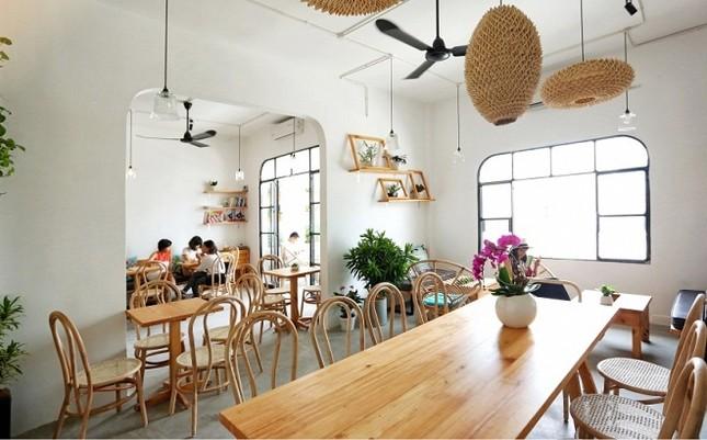 Những quán cà phê chung cư đẹp nhất ngắm phố đi bộ - ảnh 1