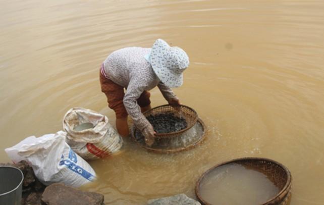 Nước sông Hương đục bất thường - ảnh 1