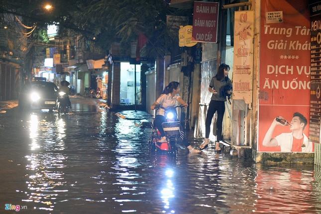 Người Hà Nội lại lội bì bõm sau cơn mưa rào - ảnh 10