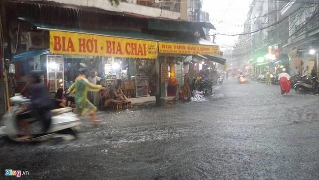 Người Hà Nội lại lội bì bõm sau cơn mưa rào - ảnh 11