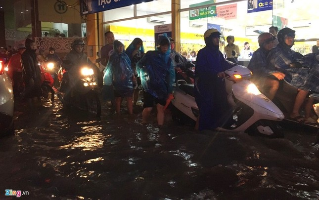 Người Hà Nội lại lội bì bõm sau cơn mưa rào - ảnh 1