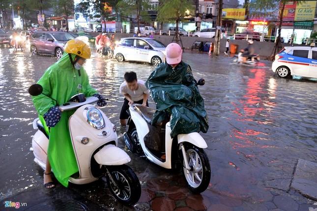 Người Hà Nội lại lội bì bõm sau cơn mưa rào - ảnh 2
