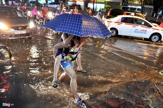 Người Hà Nội lại lội bì bõm sau cơn mưa rào - ảnh 3