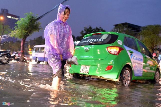 Người Hà Nội lại lội bì bõm sau cơn mưa rào - ảnh 4