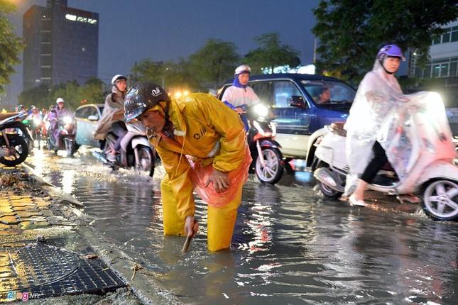 Người Hà Nội lại lội bì bõm sau cơn mưa rào - ảnh 5