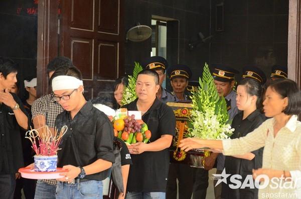 Đám tang đẫm nước mắt của bé trai tử vong do tấm tôn cứa cổ ở Hà Nội - ảnh 13