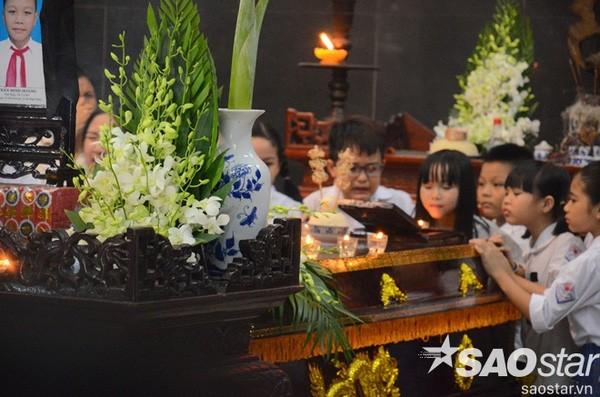 Đám tang đẫm nước mắt của bé trai tử vong do tấm tôn cứa cổ ở Hà Nội - ảnh 1