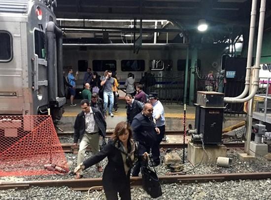 Hiện trường vụ tàu lao nhanh kinh hoàng khiến nhà ga đổ sập - ảnh 10