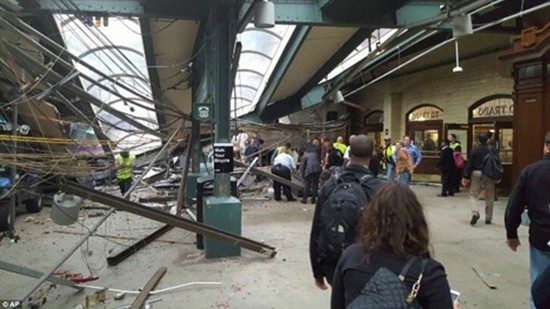 Hiện trường vụ tàu lao nhanh kinh hoàng khiến nhà ga đổ sập - ảnh 11