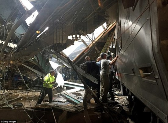 Hiện trường vụ tàu lao nhanh kinh hoàng khiến nhà ga đổ sập - ảnh 12