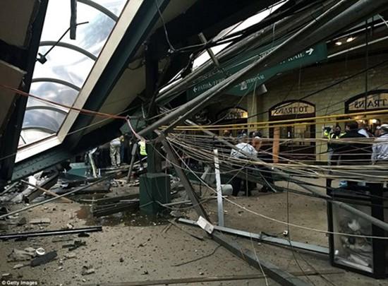 Hiện trường vụ tàu lao nhanh kinh hoàng khiến nhà ga đổ sập - ảnh 13