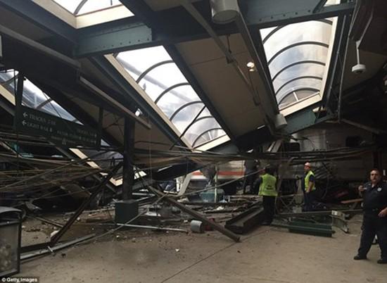 Hiện trường vụ tàu lao nhanh kinh hoàng khiến nhà ga đổ sập - ảnh 15