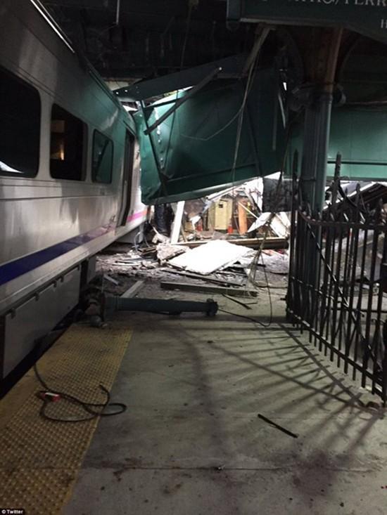 Hiện trường vụ tàu lao nhanh kinh hoàng khiến nhà ga đổ sập - ảnh 16