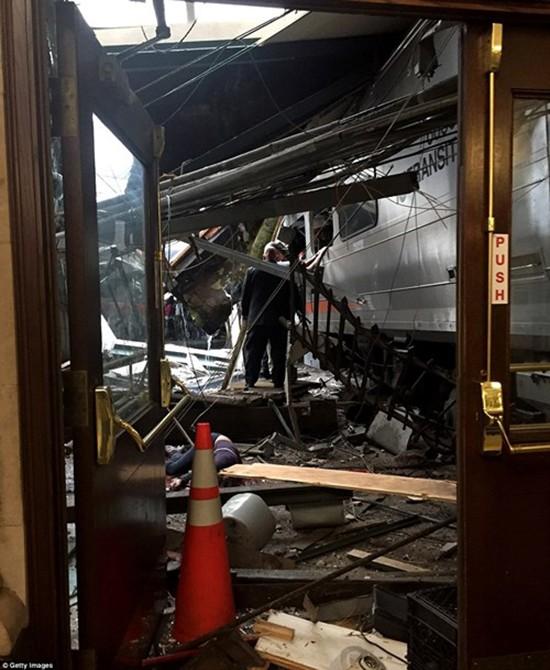 Hiện trường vụ tàu lao nhanh kinh hoàng khiến nhà ga đổ sập - ảnh 4