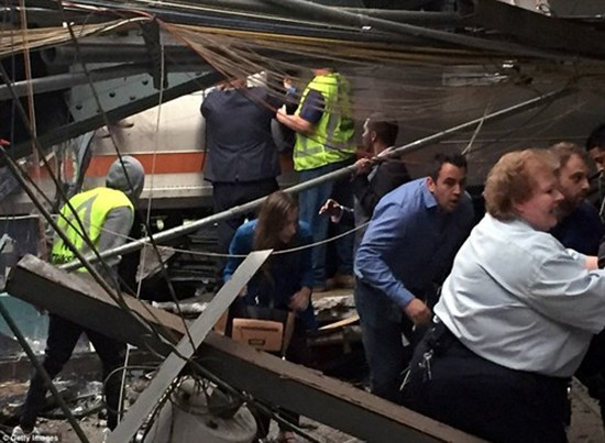 Hiện trường vụ tàu lao nhanh kinh hoàng khiến nhà ga đổ sập - ảnh 9
