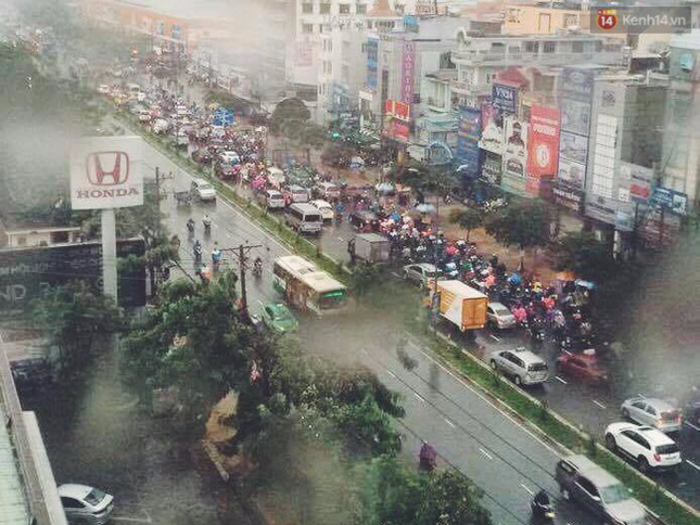Sài Gòn mưa lớn sáng đầu tuần, giao thông tắc nghẽn - ảnh 1