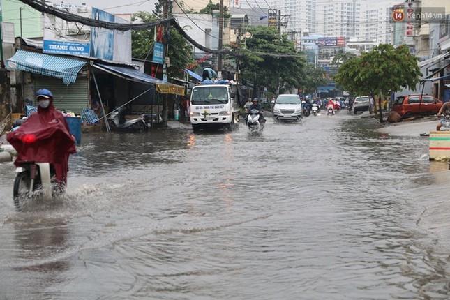 Sài Gòn mưa lớn sáng đầu tuần, giao thông tắc nghẽn - ảnh 2
