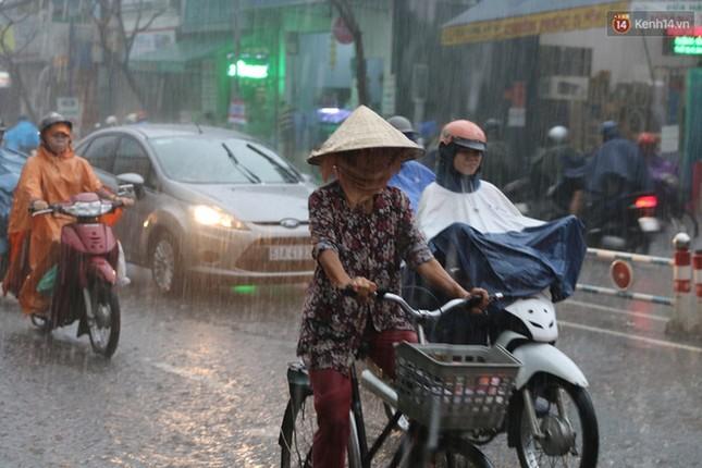 Sài Gòn mưa lớn sáng đầu tuần, giao thông tắc nghẽn - ảnh 5