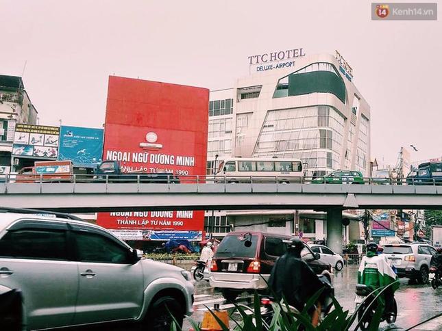 Sài Gòn mưa lớn sáng đầu tuần, giao thông tắc nghẽn - ảnh 6