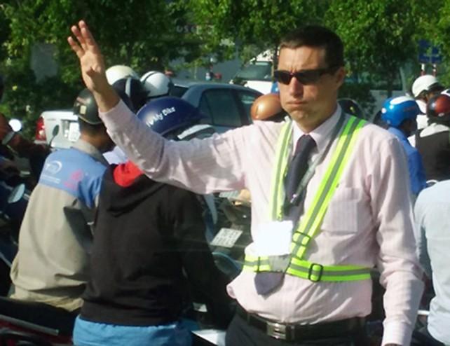 Ông Tây 'giải cứu' kẹt xe ở Sài Gòn  - ảnh 2