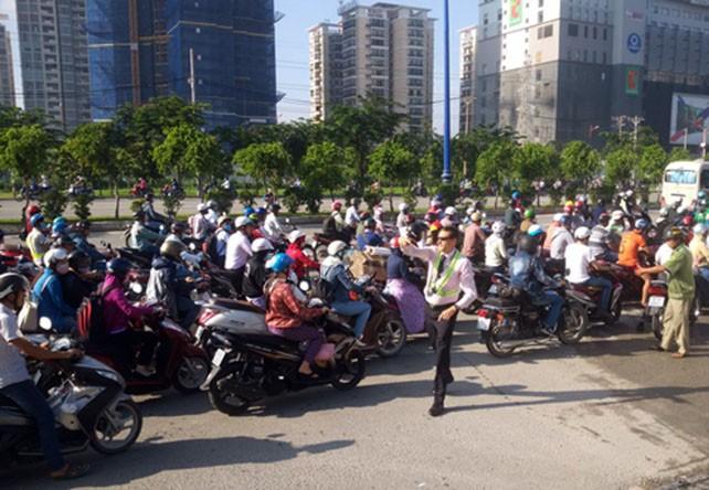 Ông Tây 'giải cứu' kẹt xe ở Sài Gòn  - ảnh 1