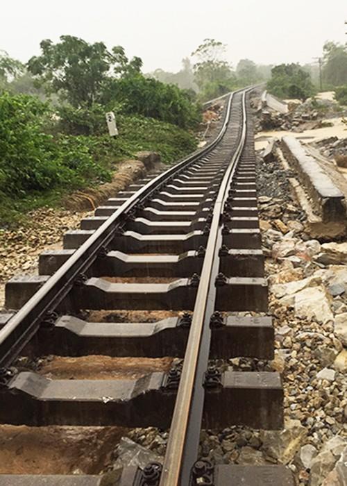 Ray đường sắt treo lơ lửng vì xói nền - ảnh 1