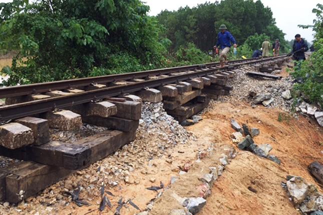 Ray đường sắt treo lơ lửng vì xói nền - ảnh 3