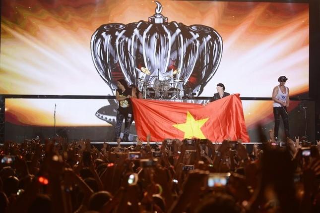 Ca sĩ chính của Scorpions khoác cờ Việt Nam lên sân khấu - ảnh 1